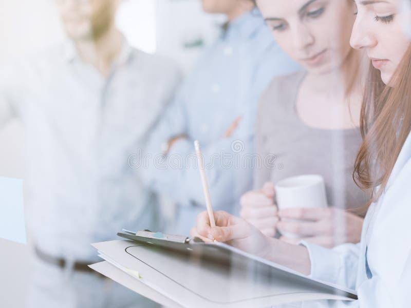 Молодая встреча команды дела в офисе стоковое изображение