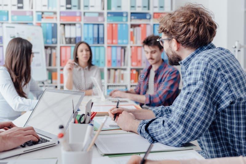 Молодая встреча команды дела в офисе стоковое изображение rf