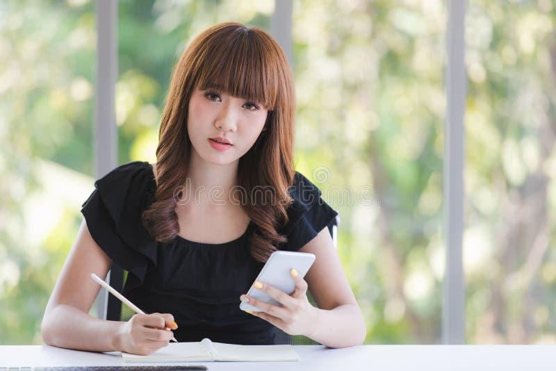 Молодая дама в черном платье стоковое фото