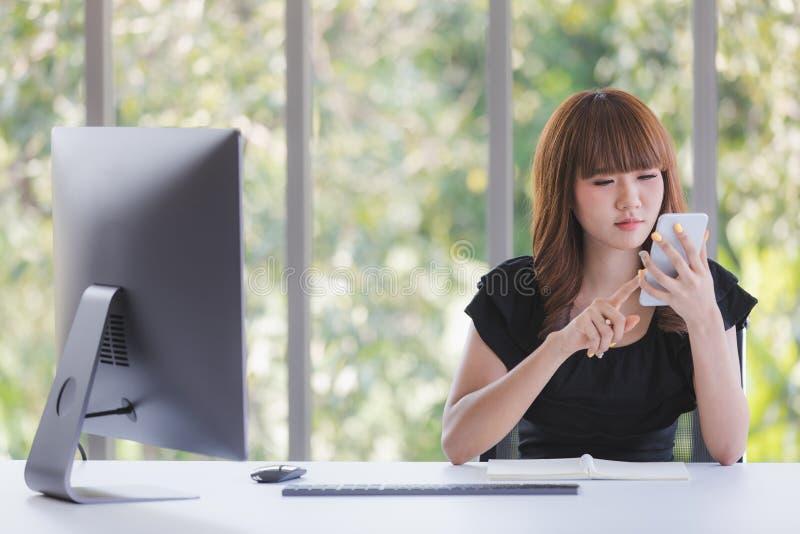Молодая дама в черном платье стоковое изображение rf