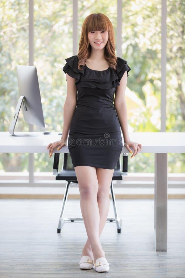 Молодая дама в черном платье стоковые изображения rf