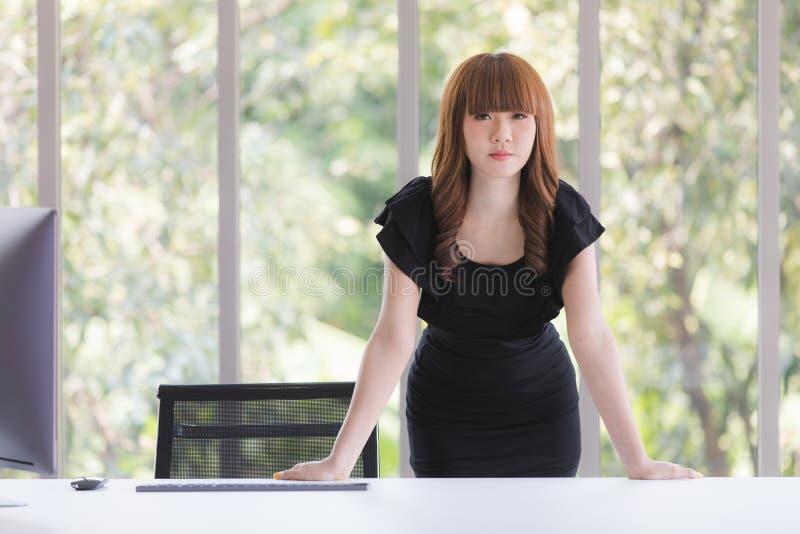 Молодая дама в черном платье стоковое изображение