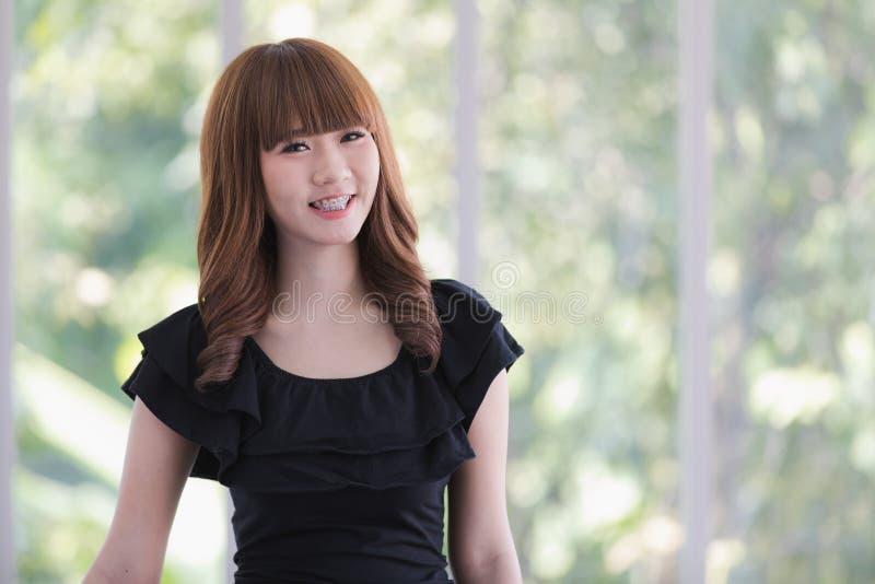 Молодая дама в черном платье стоковое фото rf