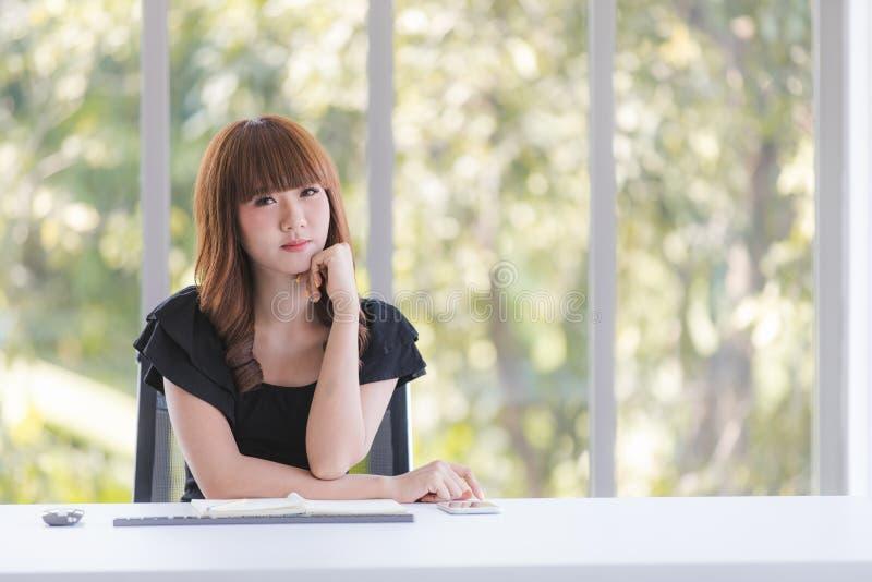 Молодая дама в черном платье стоковые изображения