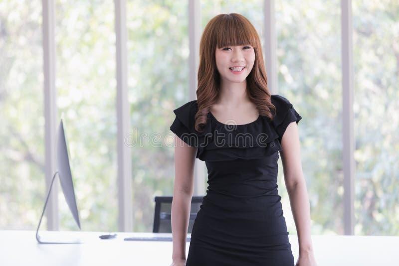 Молодая дама в черном платье стоковая фотография rf