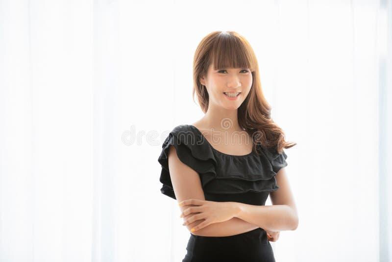 Молодая дама в черном платье стоковая фотография