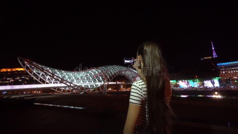 Молодая дама принимая фото моста мира стоковое изображение rf