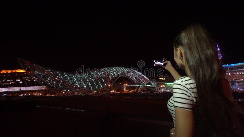 Молодая дама принимая фото моста мира стоковые фотографии rf