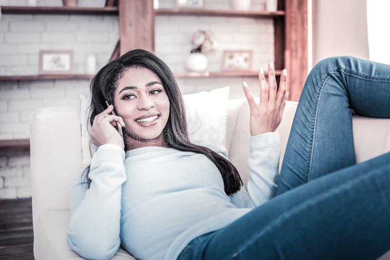 Молодая девушка, выразительно обсуждающая свой смартфон стоковая фотография