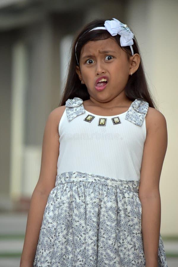 Молодая девушка меньшинства и платье запутанности нося стоковые фото