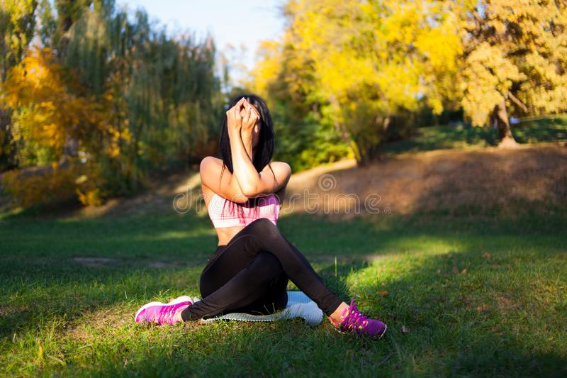 Молодая девушка спорта делает йогу в парке, женщину красоты стоковые фотографии rf