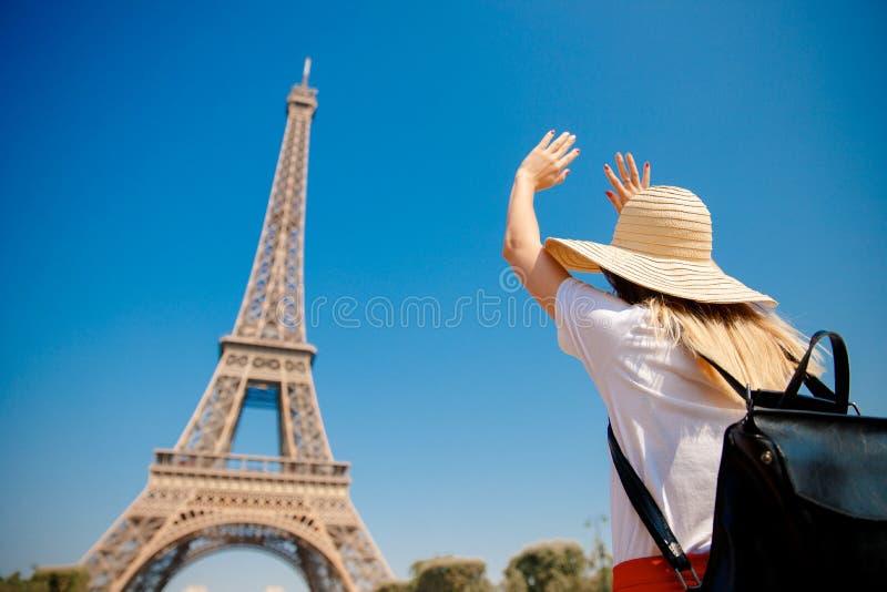 Молодая девушка студента с рюкзаком радуется Эйфелева башня, руки направлена вверх, Париж, Франция стоковая фотография rf