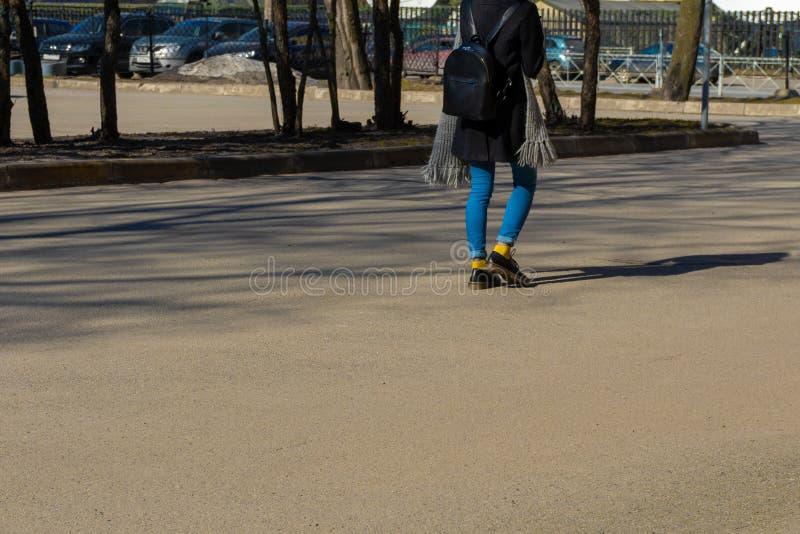 Молодая девушка хипстера в городе стоковые фото
