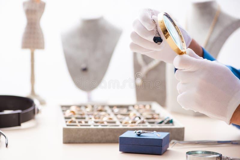 Молодая деятельность ювелира в его мастерской стоковое фото