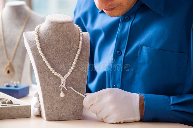 Молодая деятельность ювелира в его мастерской стоковые изображения rf