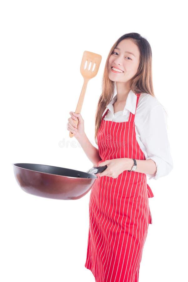 Молодая домохозяйка нося красную рисберму и держа лоток стоковая фотография rf