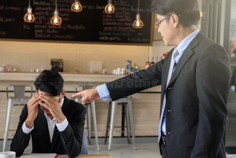 Молодая жалоба бизнесмена боссом стоковые изображения rf
