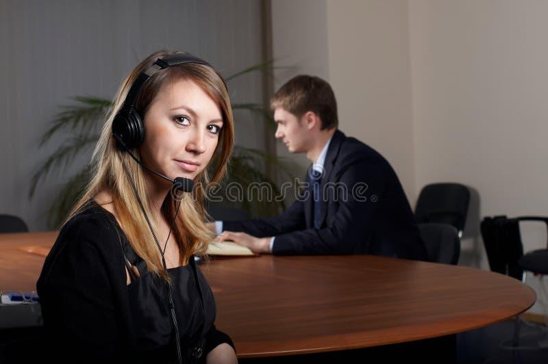 Молодая женская беседа шлемофоном стоковое изображение rf