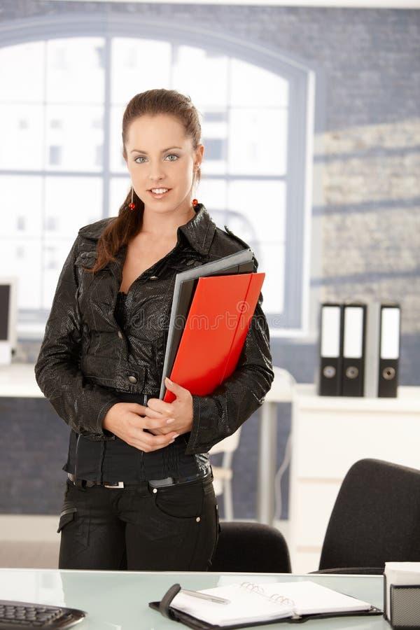 Молодая женская деятельность в усмехаться офиса стоковая фотография