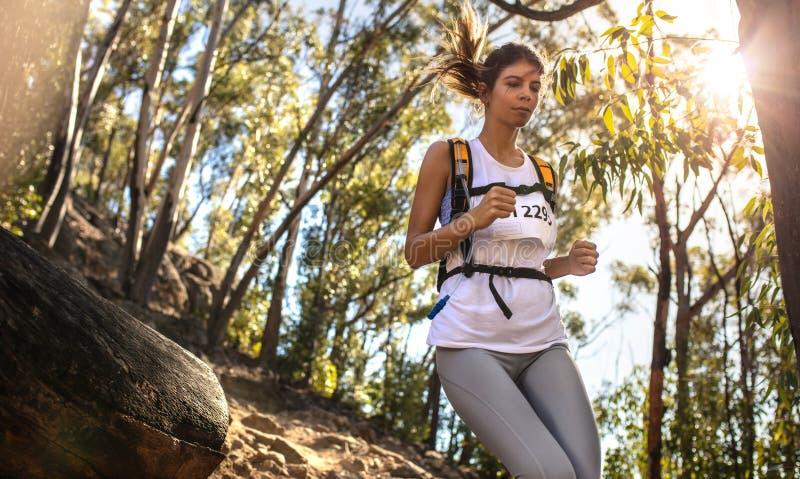 Молодая женщина бежать в гонке горы стоковое фото rf