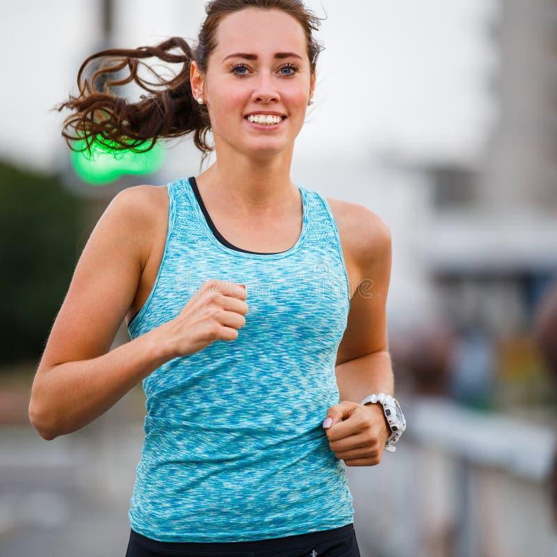 Молодая женщина бежать на мосте в рано утром стоковые изображения rf