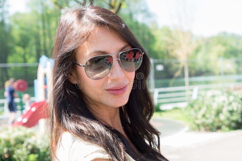 Молодая женщина брюнет в парке стоковое фото rf