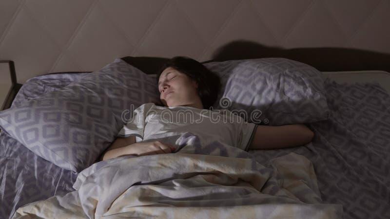 Молодая женщина брюнет имея кошмар Неусидчивые мечты стоковая фотография