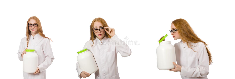 Молодая женщина-врач держала банку белка, изолированную от белого стоковые изображения rf