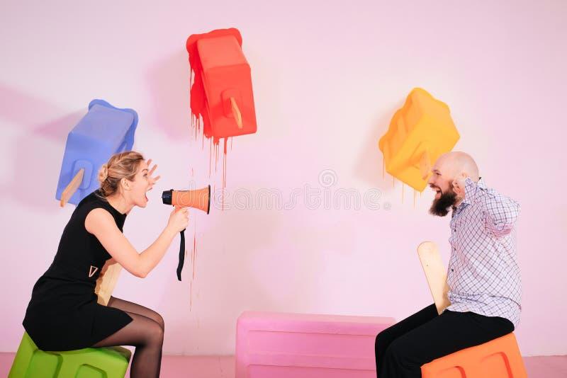 Молодая женщина выкрикивая на парне в hysterics, кричать ферзя драмы кричащий громкий на супруге стоковое изображение