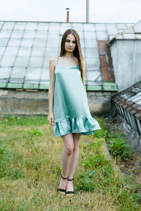 Молодая женщина в голубых sundress стоковое фото