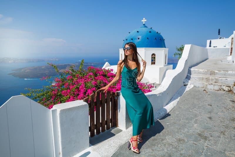 Молодая женщина в зеленом платье стоковые фотографии rf