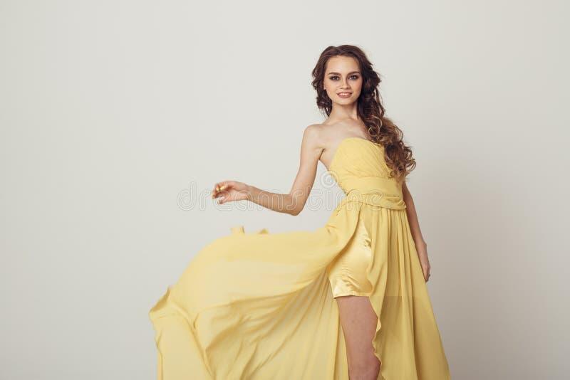 Молодая женщина в красивом платье вечера стоковые фото