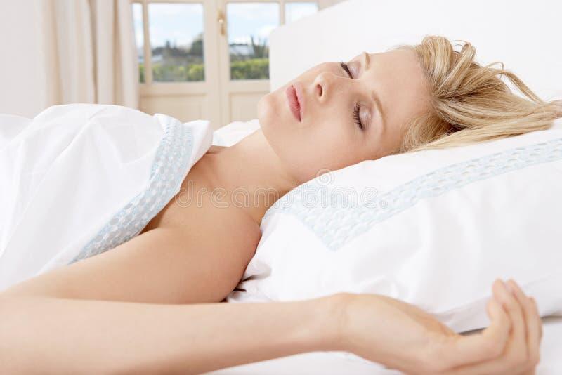 Молодая женщина в кровати. стоковые изображения rf