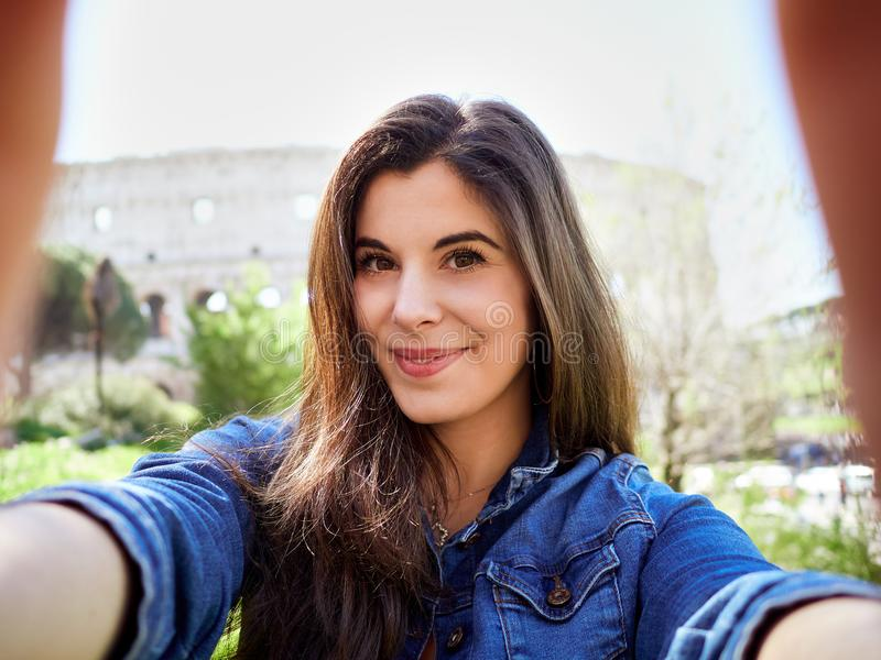 Молодая женщина в куртке джинсовой ткани принимая selfie стоковое изображение rf