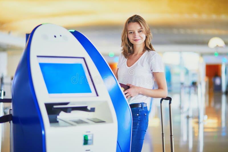 Молодая женщина в международном аэропорте стоковые изображения rf