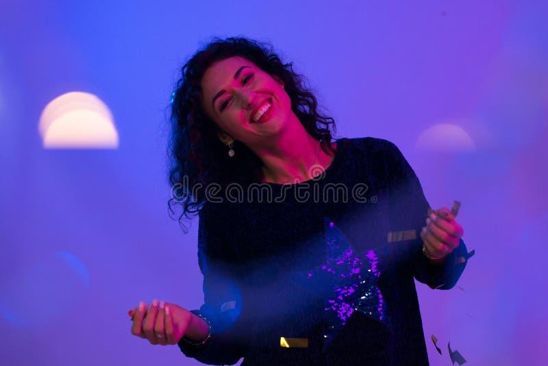 Молодая женщина в неоновых светах пинка голубых Творческий красочный портрет стоковое фото