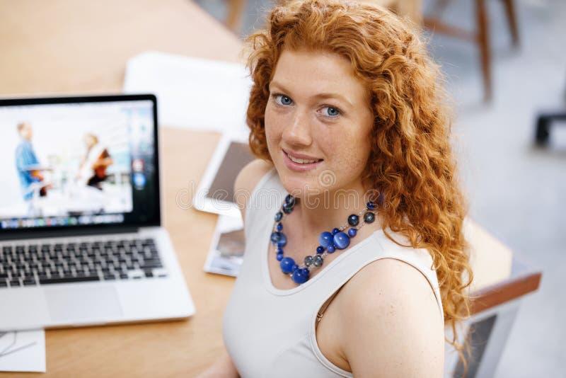Молодая женщина в офисе стоковые изображения rf