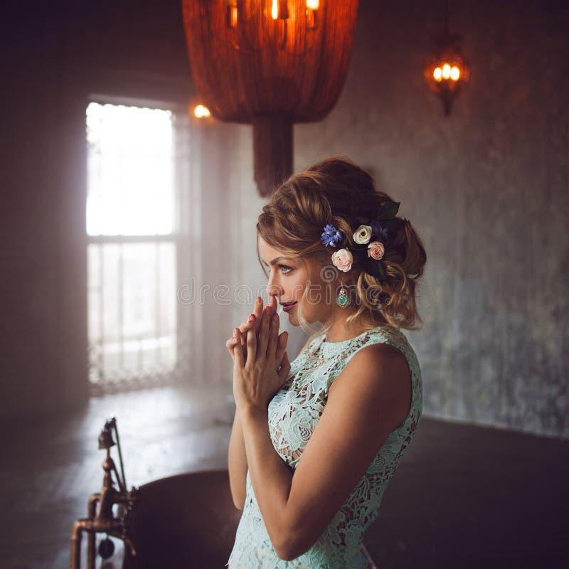 Молодая женщина в платье шнурка и ее волосы украшенные с цветками стоковое фото rf