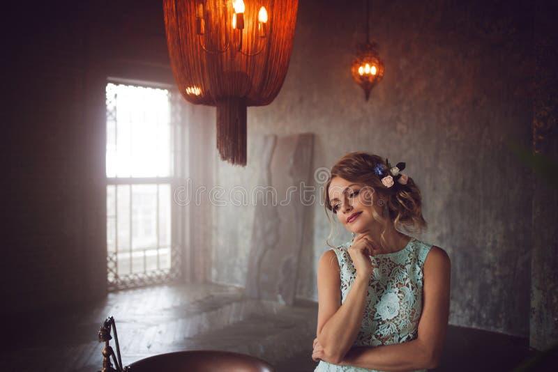 Молодая женщина в платье шнурка и ее волосы украшенные с цветками стоковая фотография rf
