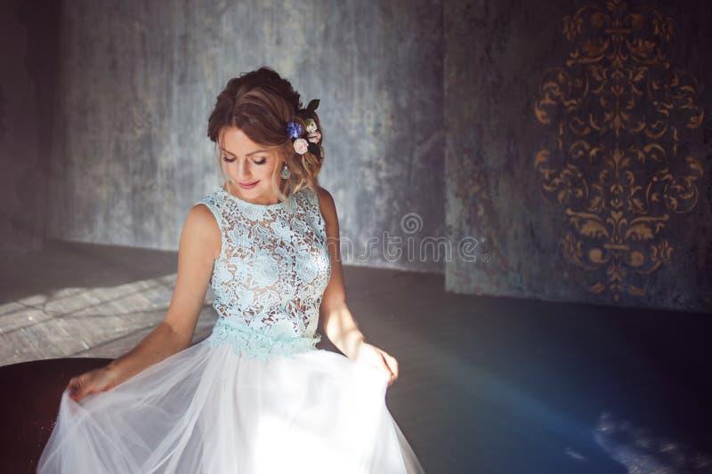 Молодая женщина в платье шнурка и ее волосы украшенные с цветками стоковые фотографии rf