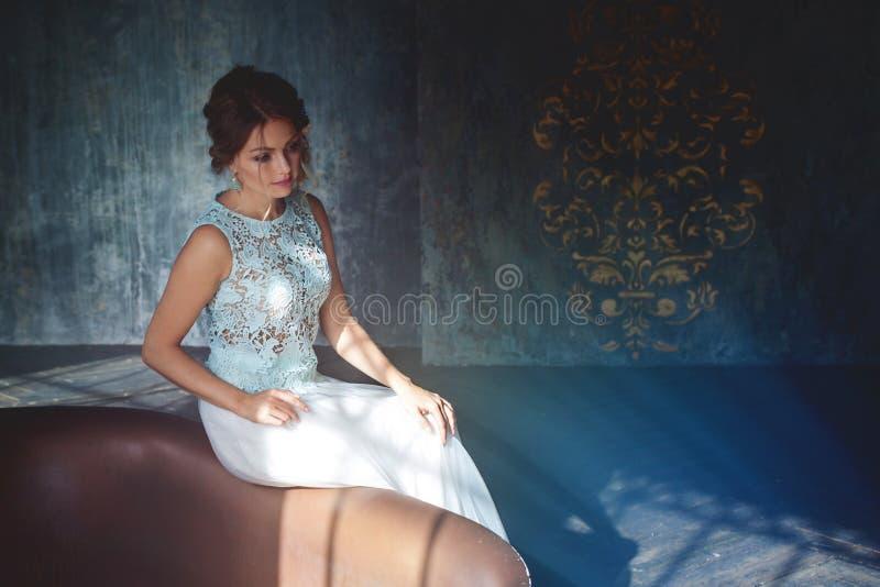 Молодая женщина в платье шнурка и ее волосы украшенные с цветками стоковые изображения