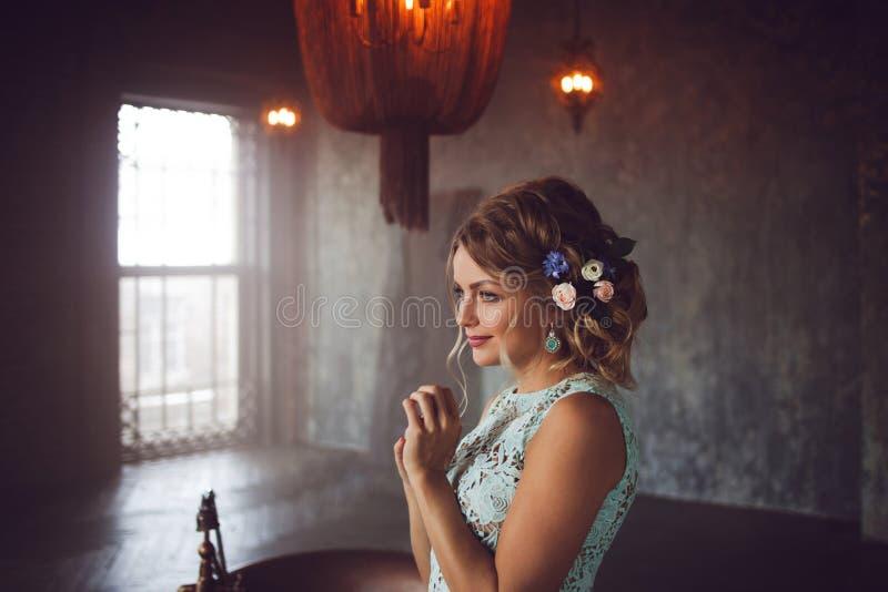 Молодая женщина в платье шнурка и ее волосы украшенные с цветками стоковые изображения rf