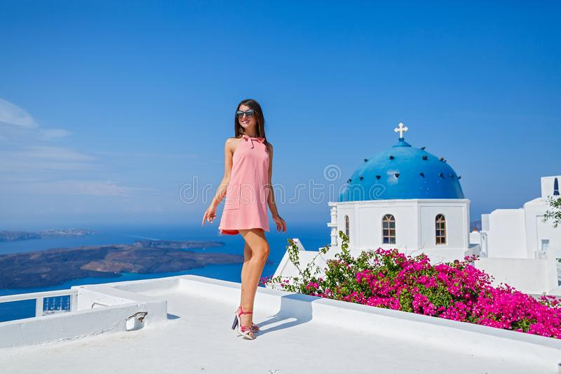 Молодая женщина в розовом платье стоковое фото rf