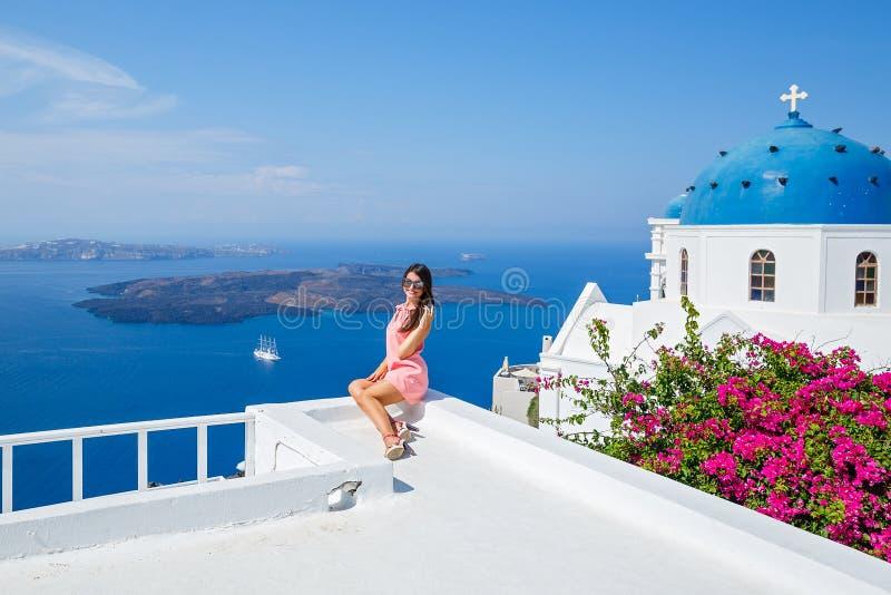 Молодая женщина в розовом платье стоковые фотографии rf