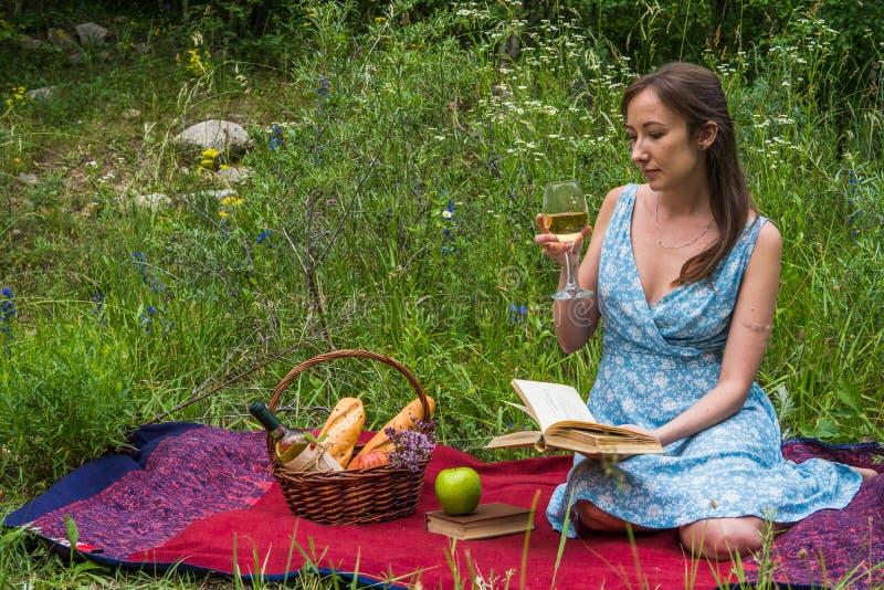 началом работы фото своих жен на пикнике неудивительно, ведь обитает