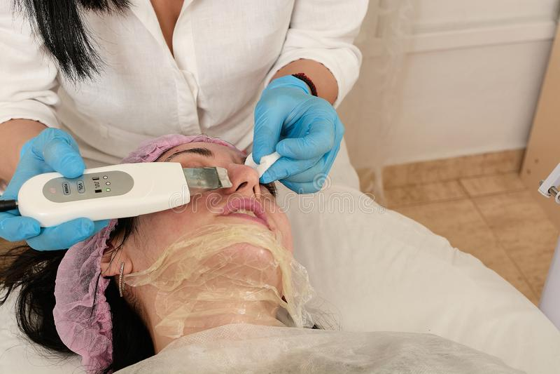 Молодая женщина в салоне красоты делая шелушение ультразвука и лицевую очищая процедуру стоковое фото rf