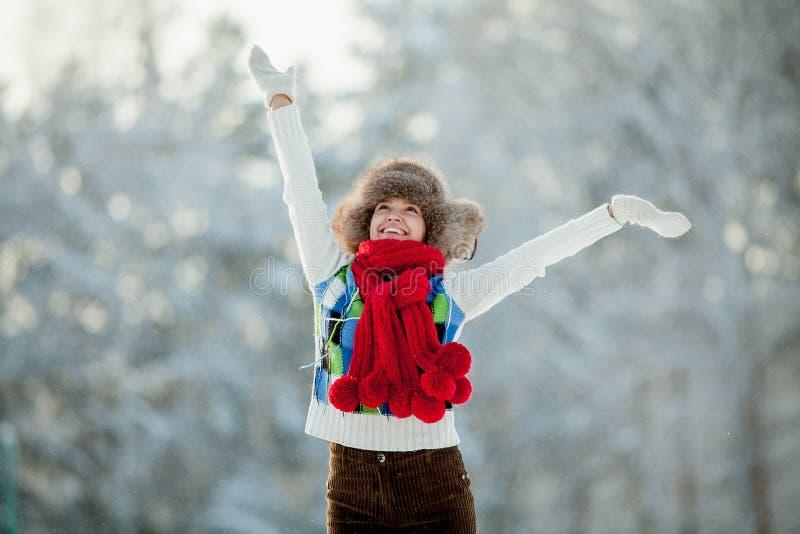 Молодая женщина в снежном меховом клобуке стоковая фотография rf