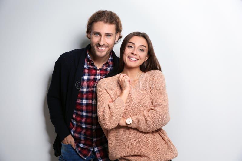 Молодая женщина в теплом свитере и человеке нося связанный кардиган стоковое изображение