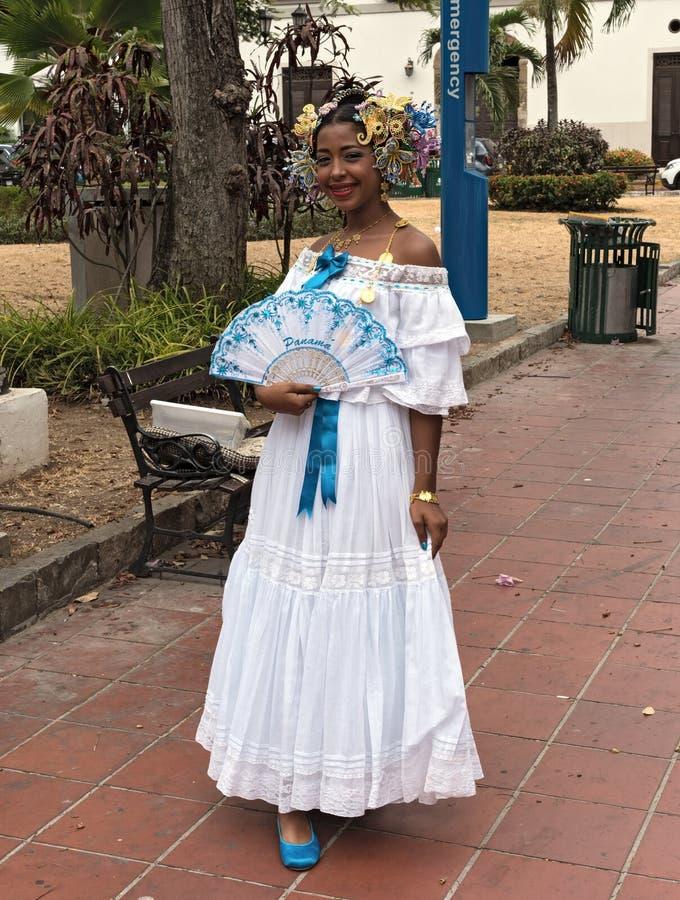 Молодая женщина в традиционных одеждах в старом viejo casco городка Панама (город), Панамы стоковая фотография