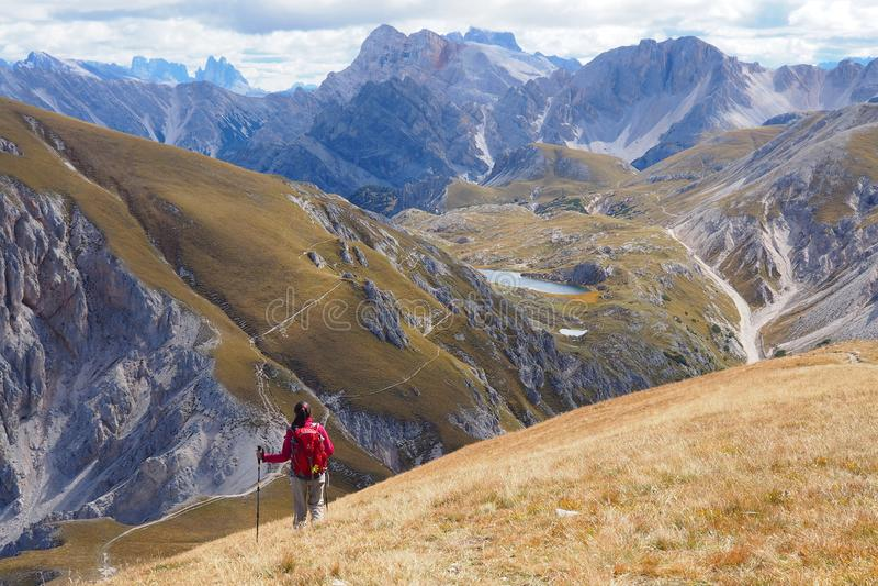 Молодая женщина в широком ландшафте горы стоковая фотография rf